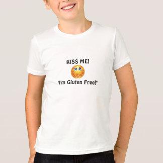 男の子は私によってがグルテンの自由なTシャツ家族である私に接吻します Tシャツ