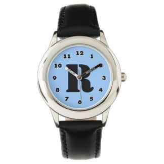 男の子は|の名前入りな手紙Rのモノグラムを見ます 腕時計