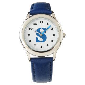 男の子は|の名前入りな手紙Sのモノグラムを見ます 腕時計