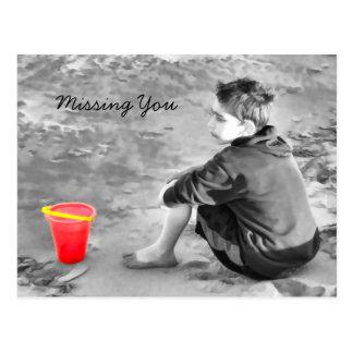 男の子をバケツが付いているビーチで恋しく思います ポストカード