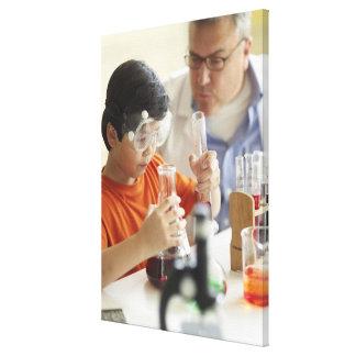 男の子(6-7)および化学クラスの先生 キャンバスプリント