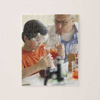 男の子(6-7)および化学クラスの先生 ジグソーパズル