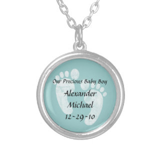 男の赤ちゃんの足跡の名前入りな一流のペンダント シルバープレートネックレス