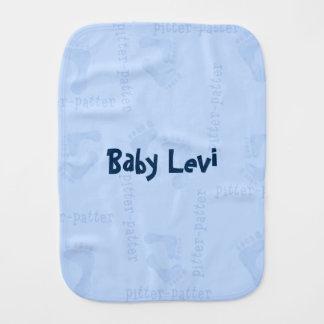 男の赤ちゃんの足跡のpitterの軽い音のバープクロス バープクロス