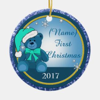 男の赤ちゃんの青いテディー・ベアの名前入りなクリスマス セラミックオーナメント