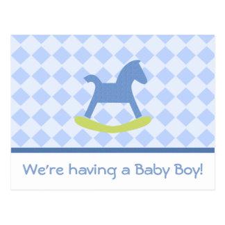 男の赤ちゃんの黄色および青の揺り木馬の郵便はがき ポストカード