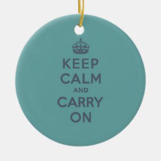 男らしいティール(緑がかった色)のKeep Calm and Carry On セラミックオーナメント