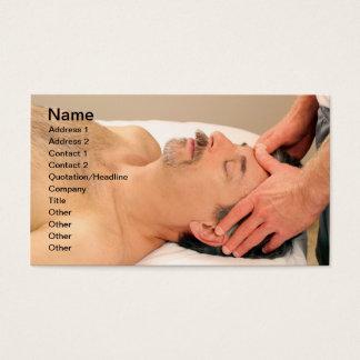男性の顔をマッサージしている人 名刺