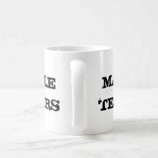 男性はマグを引き裂きます コーヒーマグカップ