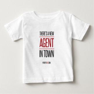 町に新しい代理店があります ベビーTシャツ