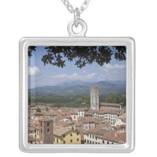 町のイタリア、タスカニー、ルッカ、眺めおよび4 シルバープレートネックレス