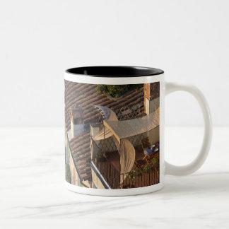 町のイタリア、タスカニー、ルッカ、眺めおよび6 ツートーンマグカップ