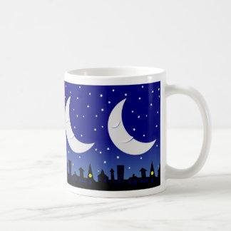 町のマグ上の眠い月 コーヒーマグカップ
