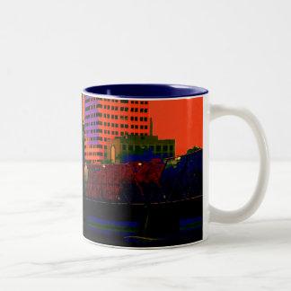 町を絵を描くこと ツートーンマグカップ