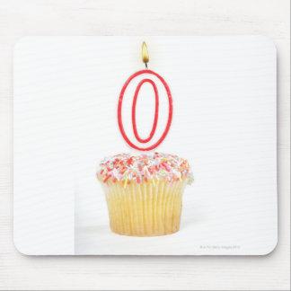 番号を付けられた誕生日の蝋燭が付いているカップケーキ マウスパッド