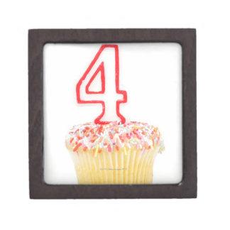 番号を付けられた誕生日の蝋燭2が付いているカップケーキ ギフトボックス