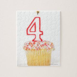番号を付けられた誕生日の蝋燭2が付いているカップケーキ ジグソーパズル