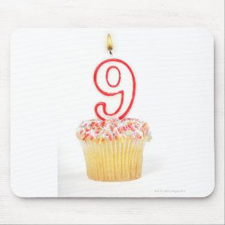 番号を付けられた誕生日の蝋燭3が付いているカップケーキ マウスパッド