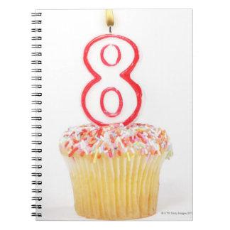 番号を付けられた誕生日の蝋燭5が付いているカップケーキ ノートブック
