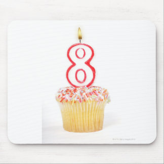 番号を付けられた誕生日の蝋燭5が付いているカップケーキ マウスパッド