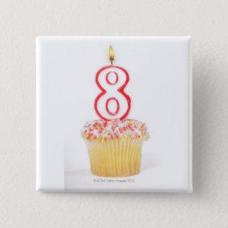 番号を付けられた誕生日の蝋燭5が付いているカップケーキ 5.1CM 正方形バッジ