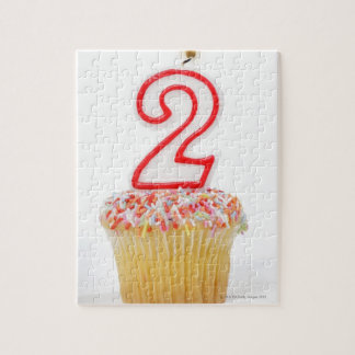 番号を付けられた誕生日の蝋燭6が付いているカップケーキ ジグソーパズル