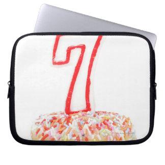 番号を付けられた誕生日の蝋燭7が付いているカップケーキ ラップトップスリーブ