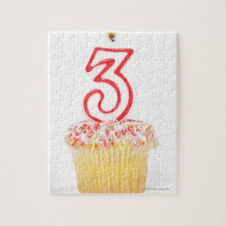 番号を付けられた誕生日の蝋燭9が付いているカップケーキ ジグソーパズル