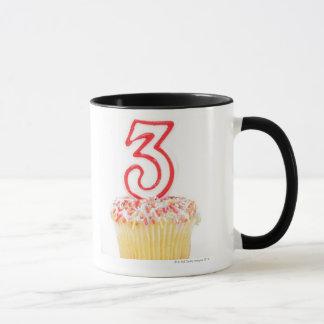 番号を付けられた誕生日の蝋燭9が付いているカップケーキ マグカップ