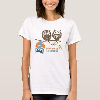 異なっているがあるかわいいフクロウの漫画のTシャツの挑戦 Tシャツ