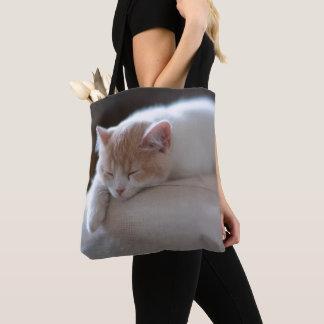 疲れたベージュおよび白い子ネコ トートバッグ