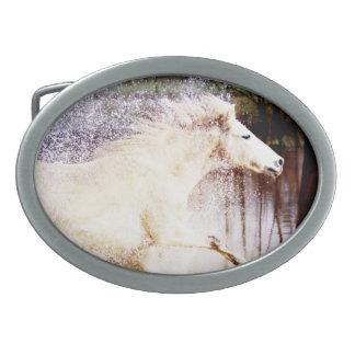 疾走する白濁水の馬 卵形バックル