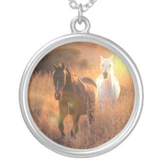 疾走する野生の馬のネックレス シルバープレートネックレス