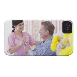 病院の忍耐強い薬物を与えているナース Case-Mate iPhone 4 ケース