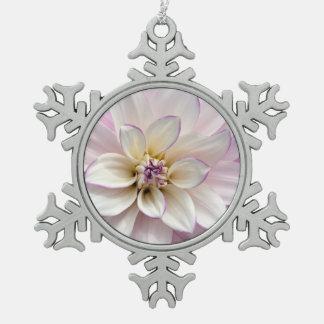 白いおよび紫色のダリアの花のクリスマスのオーナメント スノーフレークピューターオーナメント