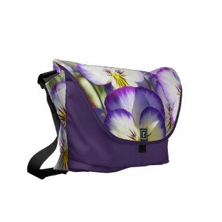 白いおよび紫色のビオラのメッセンジャーバッグ クーリエバッグ