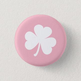 白いアイルランドのシャムロックが付いているピンクボタン 缶バッジ