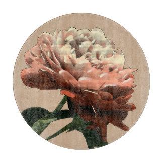 白いアクセントのルビー色の赤いバラ カッティングボード