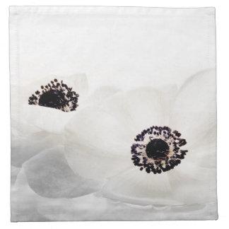 白いアネモネによっては花のアネモネの花が開花します ナプキンクロス