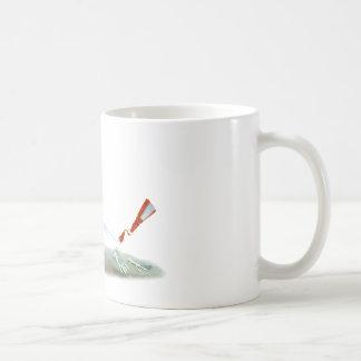 白いウサギはアリスからの遠くにに広がっています コーヒーマグカップ