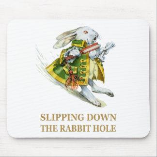 白いウサギはウサギの巣穴の下でスリップまたは滑ること マウスパッド