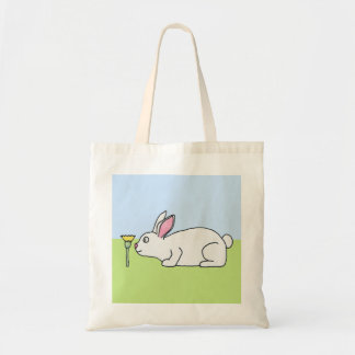 白いウサギ。 芝生 トートバッグ