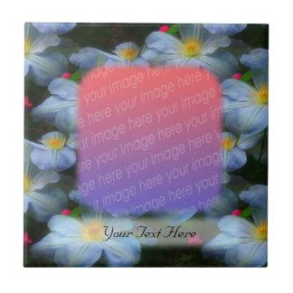 白いクレマチスによってはあなたの写真のタイルが開花します タイル