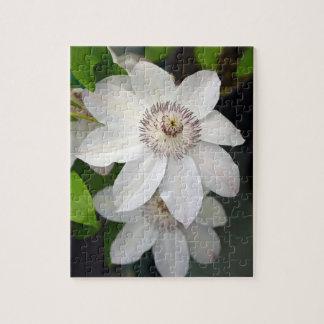白いクレマチスの花柄のパズル ジグソーパズル