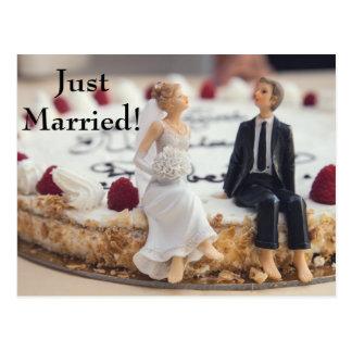 白いケーキのかわいい花嫁及び新郎 葉書き