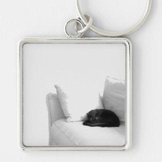 白いソファーの睡眠の灰色猫 キーホルダー