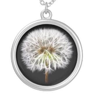 白いタンポポの花の植物 シルバープレートネックレス
