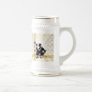 白いダマスク織のロマンチックなカップル ビールジョッキ