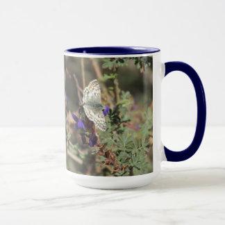 白いチェック模様の飛ぶ人の蝶マグ マグカップ