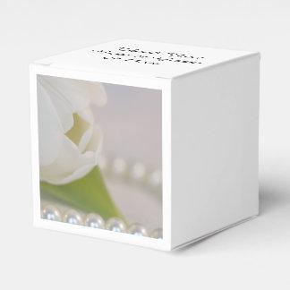 白いチューリップおよび真珠の春の結婚式 フェイバーボックス
